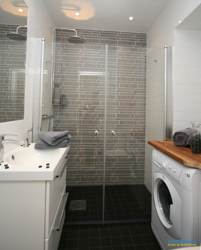 Modernt badrum med tvättmaskin