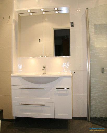 Modernt badrum med väggnära golvbrunn