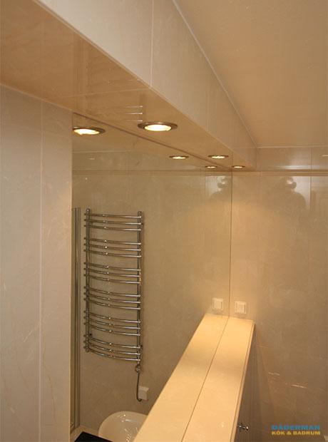 Nordiskt badrum med unik handfatsbänk