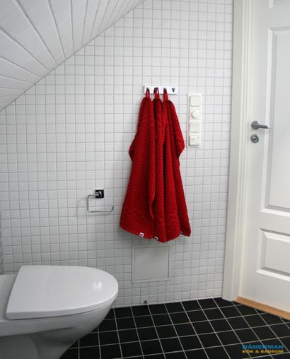 Skandinaviskt badrum med snedtak