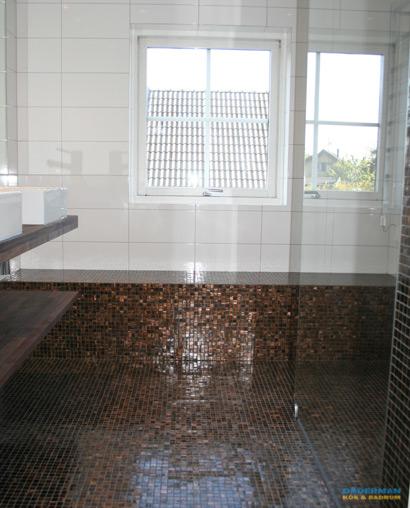Snyggt badrum med brun mosaik