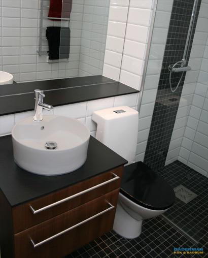 Stilrent renoverat badrum i Årsta med tvättställ