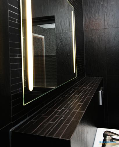 Svart lyxigt badrum