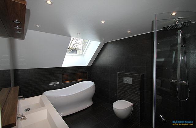 Svart och vitt badrum med unikt badkar
