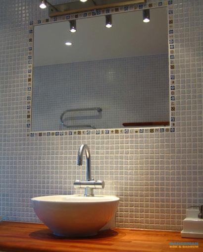 Unikt badrum med inkaklad spegel