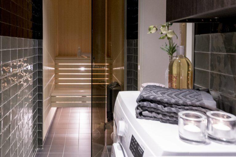 Litet badrum med bastu