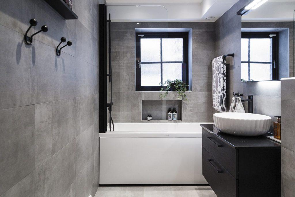 Modernt badrum - Svart och grått i fulländad harmoni