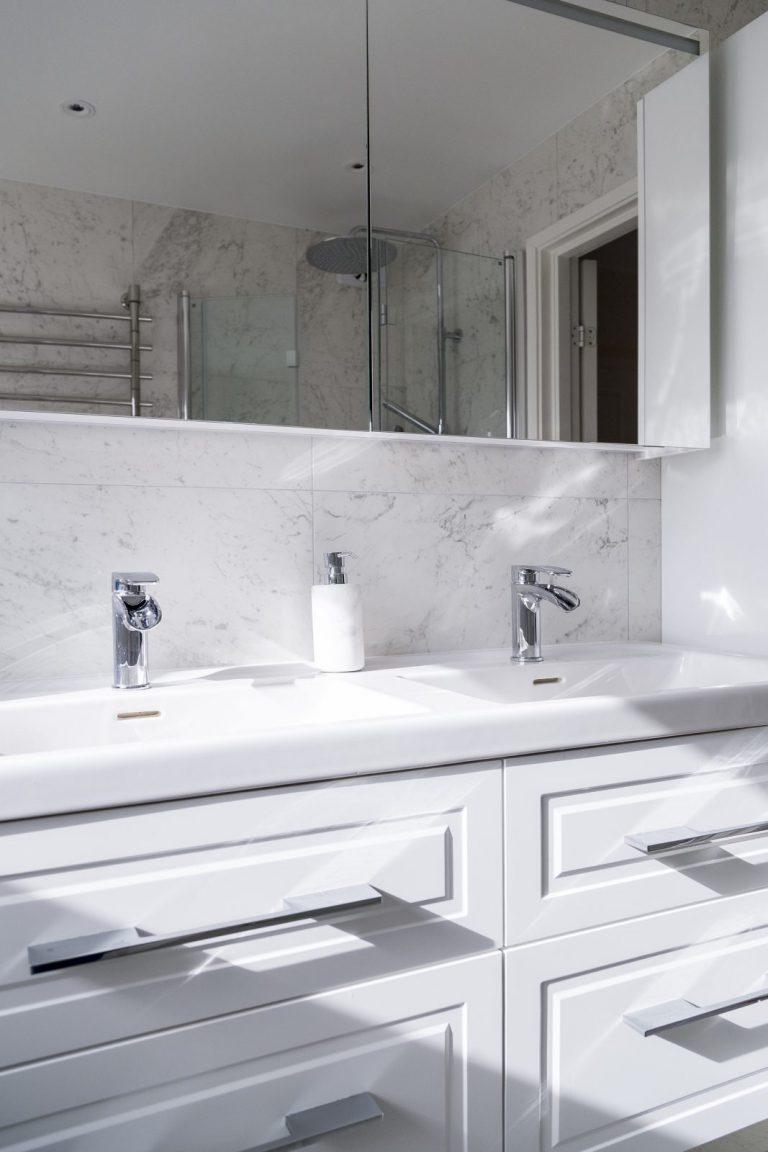 Lyxigt inkaklat badkar i marmorimitation